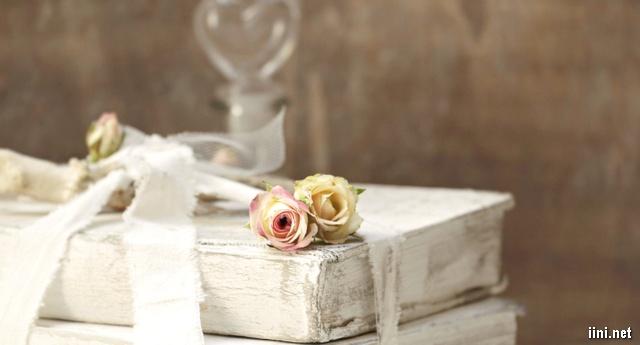 ảnh nghệ thuật sách và hoa