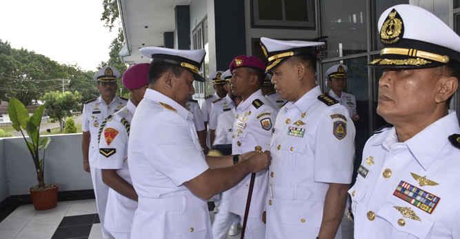 Komandan Lantamal IX Ambon Laksamana Pertama TNI Antongan Simatupang memimpin upacara serah terima jabatan (Sertijab) sejumlah pejabat teras di jajarannya, di Lapangan Apel Mako Lantamal IX, Senin (12/2).