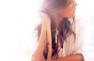 tatuaje pluma en antebrazo 2