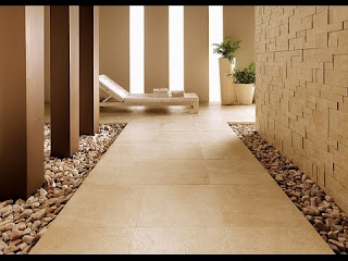 Kombinasi lantai batu alam pada selasar sebuah rumah