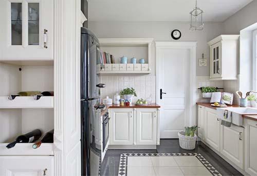 Vista della cucina arredata con tre diversi stili: inglese, scandinavo e americano