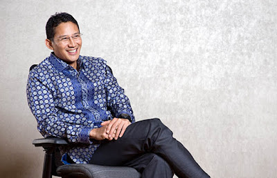 Bigrafi Sandiaga Uno       Bernama lengkap Sandiaga Salahuddin Uno, adalah putra dari Mien R. Uno. Lahir di Rumbai, Pekanbaru, tanggal 28 Juni 1969, berdarah asli Gorontalo. Sosoknya yang murah senyum memang merupakan salah satu tokoh fenomena dalam belantara bisnis di Indonesia,bayangkan saja dalam usianya yang masih sangat muda, yaitu 43 tahun (2012), ia telah dinobatkan sebagai orang terkaya di Indonesia nomor 29 oleh majalah internasional Forbes. Sandi, begitu sering ia dipanggil, mempunyai kekayaan sekitar Rp 8 Triliyun.  Masa Kecil   Kesuksesan Sandiaga Uno saat ini sepertinya memang telah dipersiapkan oleh orangtuanya. Sosok ibunda yaitu ibu Mien Uno adalah ibu yang sangat disiplin pada anaknya, bahkan cenderung keras. Sandiaga dan sang kakak sejak kecil sudah dibiasakan untuk membuat jadwal sehari-hari dan harus mematuhinya.  Misalkan jadwal bangun jam berapa, mandi, ke sekolah, belajar, bermain dan lain-lain. Jika Sandi aga dan sang kakak melanggar jadwal yang sudah dibuat, tak segan-segan ia mendapat hukuman dari ibunda. Tak tanggung-tanggung hukumannya berupa ikat pinggang yang mendarat di pantat. Ketika Sandiaga ditanya, bagaimana seorang Ibunda Mien Uno mendidik Sandiaga Uno. Sandiaga Uno hanya menjawab jika itu diceritakan saat ini maka akan masuk kategori KDRT, begitu jawabnya. Namun hasil