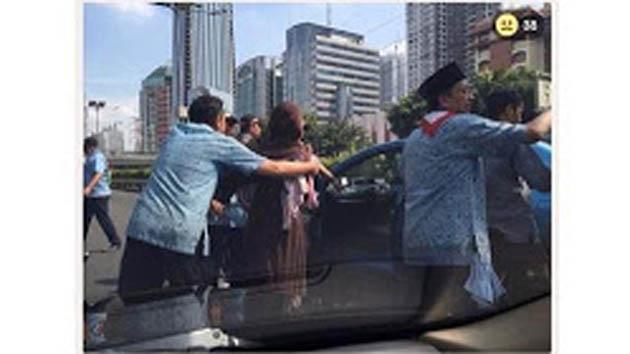 Heboh!!! Beredar Foto Ibu Gendong Anak yang Dipaksa Turun dari Taksi