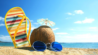 gafas y coco en la playa