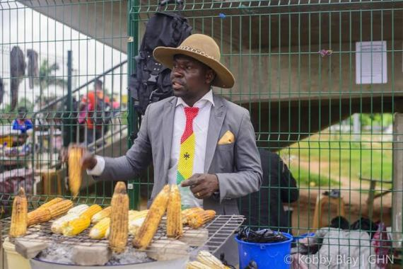 Check out this stylish man who sells roasted corn decked in suit and hat (photos)