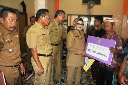 Pemkab Subang Beri Bantuan Rp 1,1 Miliar Untuk Korban Banjir Bandang Cisalak