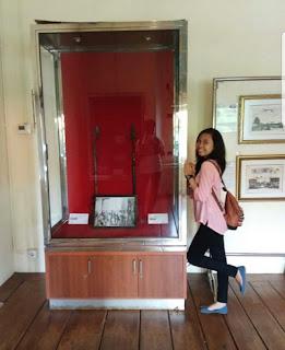 Andini dengan salah satu koleksi Museum Fatahillah, Jakarta