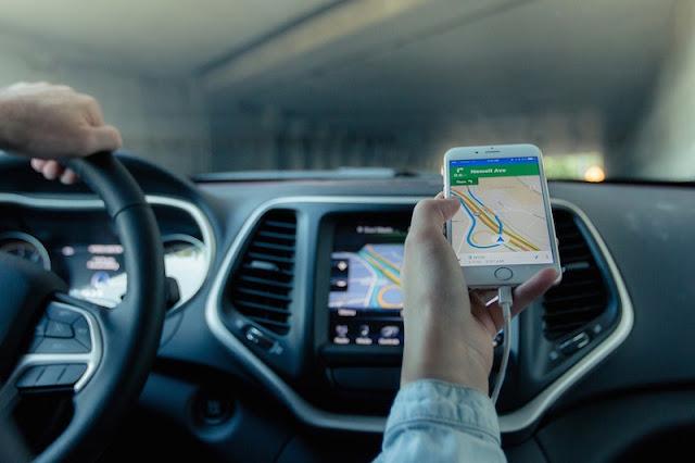 Motorista utilizando GPS