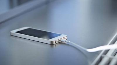 Οι ειδικοί προειδοποιούν: Ποιος μεγάλος κίνδυνος υπάρχει όταν φορτίζεις το κινητό από τον υπολογιστή