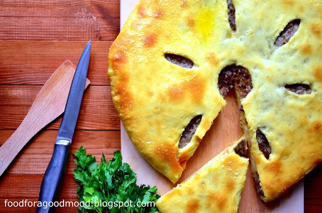 Osetyjski pieróg z mięsem (tzw. fydzhin) to takie trochę włoskie calzone. W mięciutkie i puszyste ciasto drożdżowe wkłada się nadzienie z mięsa mielonego (wołowego lub wieprzowo - wołowego), którego smak nasiąka aromatem czosnku, cebuli, papryczki chilli i kuminu. Niby nic nowego, a jednak efekt końcowy zwala z nóg! ;) Upieczony fydzhin podaje się z sosem, np. czosnkowym i z sałatką z pieczonych warzyw.   Jeżeli chcecie spróbować czegoś nowego lub chcielibyście zaskoczyć rodzinę lub gości - upieczcie osetyjskiego pieroga. Na pewno wszyscy, łącznie z Wami samymi, będą pod wrażeniem! ;)