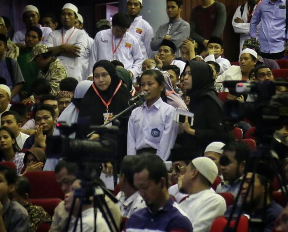 Masuk Islam, Pelajar Ini Dipakaikan Hijab oleh Istri Wagub Sulsel