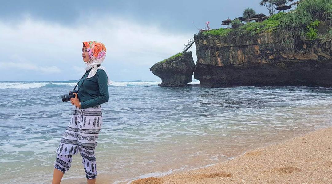 Pantai Drini celana tribal dan manis hijab pink merah jambu