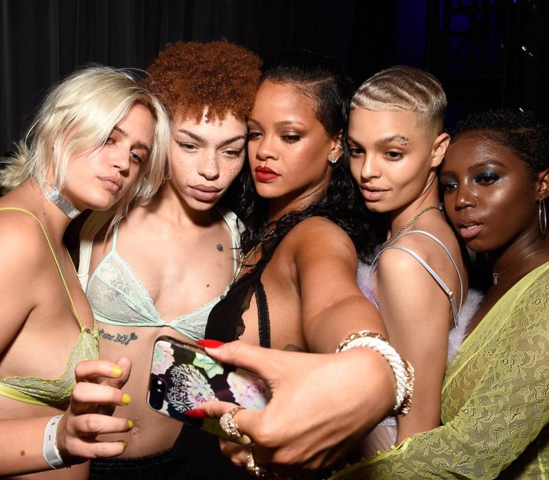 7ef07a1ce Rihanna arrasou criando uma linha de maquiagem com bases de muuuuitas  tonalidades para atender pessoas de todos os tons de pele. E agora lançou  sua coleção ...