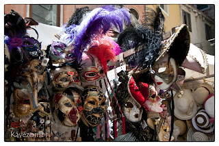 Velencei karneváli maszkokat áruló stand