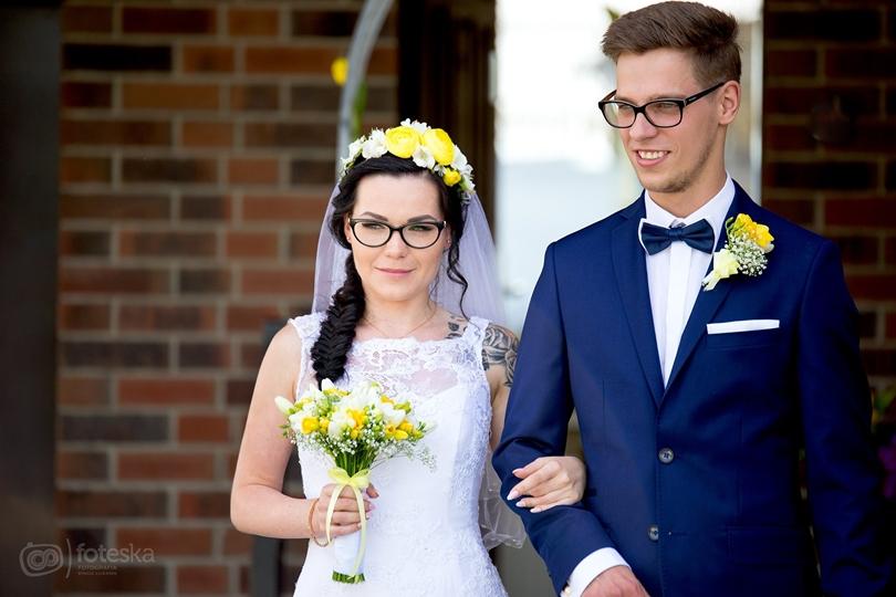 fotograf ślubny poznań, granatowy garnitur pan młody, lifestyle, sesja ślubna poznań, sesja ślubna skansen, skromna suknia ślubna, ślub,