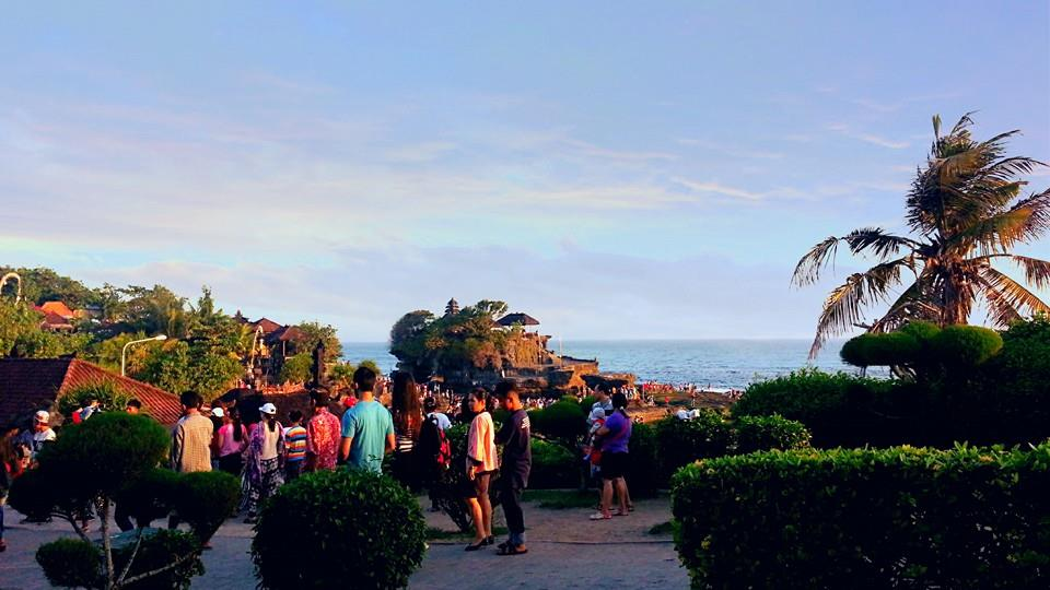 Every day, Tanah Lot is always crowded by tourists, ranging from children to adults.