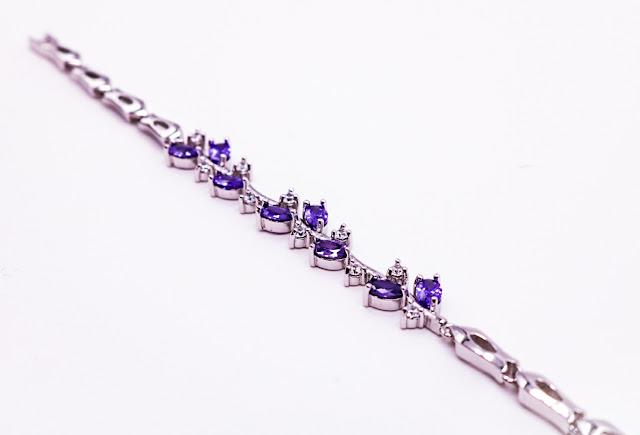 Bracelet en métal argenté, cristaux et strass, fermoir de grande qualité, bracelet vendu 19 €.