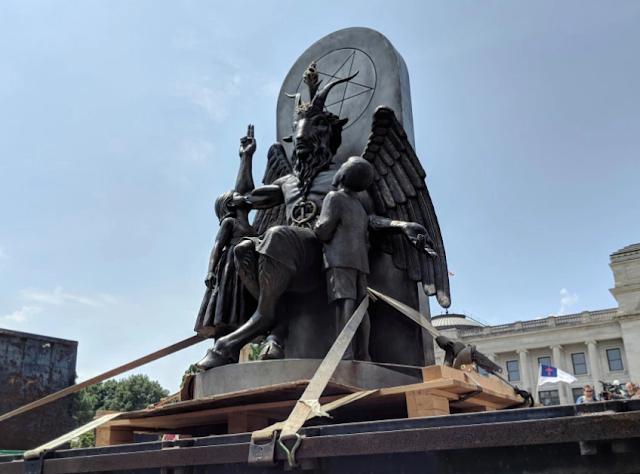 Estatua de Baphomet: Adoradores Satánicos en contra los Cristianos Conservadores de Arkansas