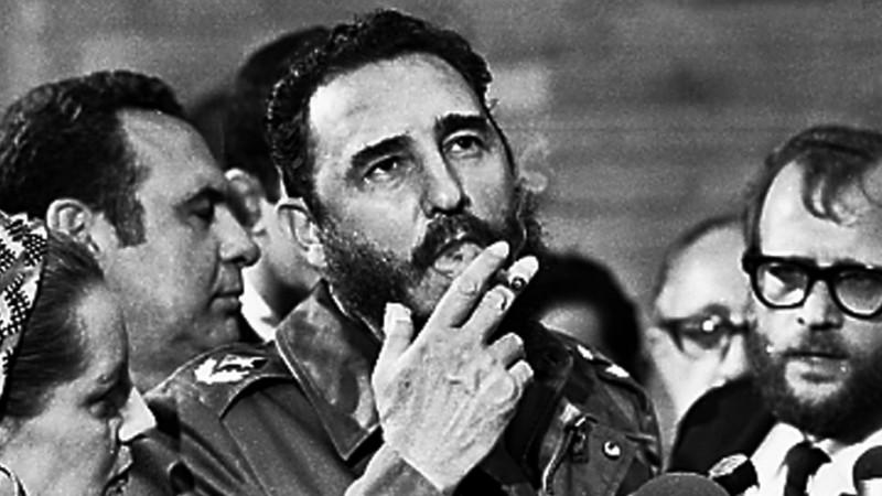 Fidel Castro merokok pada tahun 1975