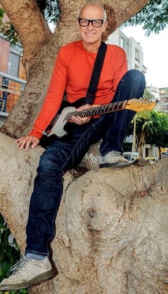 Foto de Miki Gonzalez con su guitarra