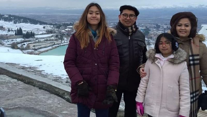 Shafa Sabila Fadli (kiri) dan keluarganya