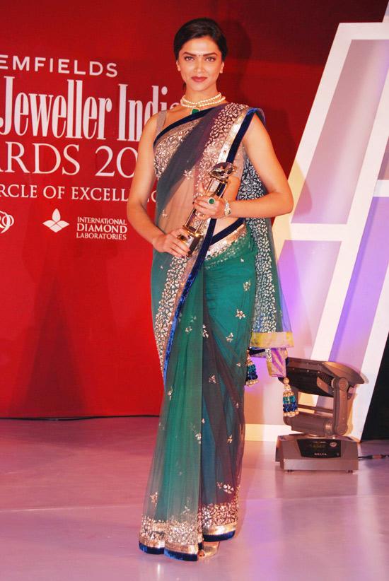 Deepika padukone sexy hip show in green saree stills ...