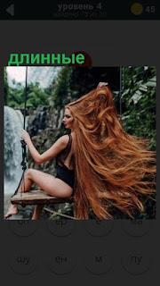 девушка на качелях с длинными рыжими волоасми