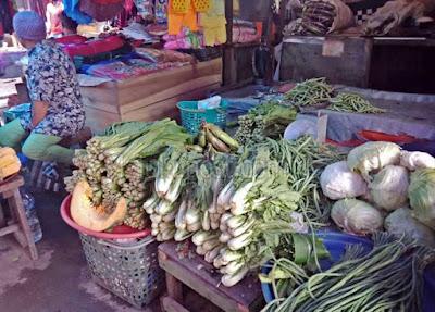 """Ambon, Malukupost.com - Harga berbagai jenis sayuran produksi petani lokal di Pulau Ambon dan sekitarnya di pasar tradisional Kota Ambon, Maluku, hingga kini bertahan karena persediaan cukup banyak.    """"Harga sayur masih murah, belum ada perubahan sebab stok cukup banyak,"""" kata Maryam pedagang sayur lokal yang ditemui di lokasi pasar Mardika, Senin (11/2).    Dia mengatakan tiap hari pasokan dari desa-desa produksi masuk ke pasar Ambon, jadi harga masih bertahan dan persediaan juga banyak."""