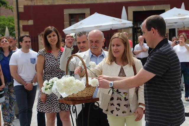 Los concejales del PP de Barakaldo, junto a otros ediles, en el homenaje a Miguel Ángel Blanco