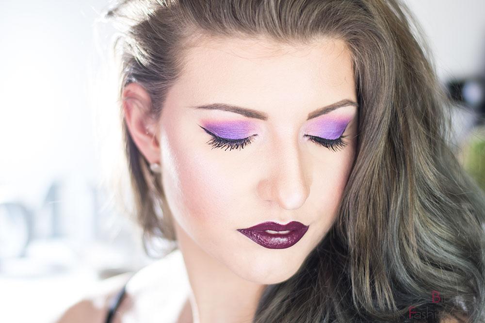 Color of the Year 2019 Ultra Violet Look Augen geschlossen Blick über Schulter