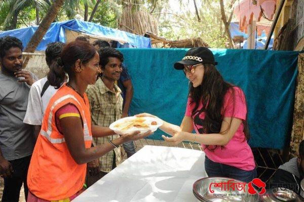 গরিবদের খাবার দেওয়ার ছবি দিয়ে বির্তকে  Amisha Patle