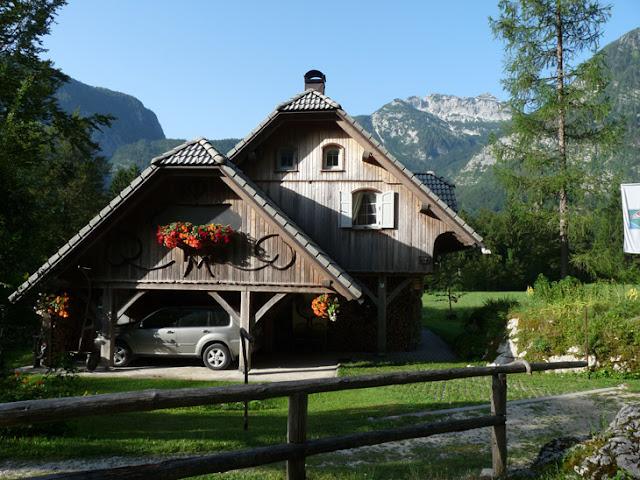 Foto de Casa típica eslovena en el parque natural Triglav. Ruta en autocaravana por Eslovenia | caravaneros.com
