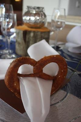 Brezen-Serviettenring Heiraten in Bayern, Hochzeit in den Bergen von Garmisch-Partenkirchen, Riessersee Hotel - getting married in Bavaria, Bavarian style wedding, dunkelblau und bunte Wiesenblumen