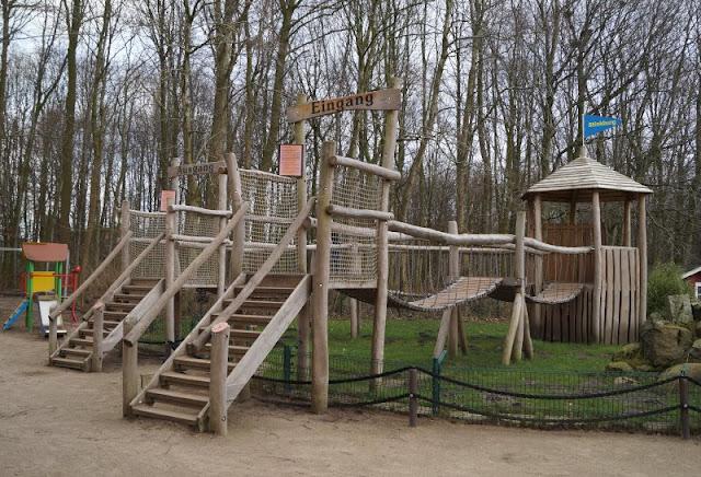 Frühling im Tierpark Gettorf (+ Verlosung). Das neue Spielplatzgerüst im Tierpark über dem Skung-Gehege ist der Hit für alle Kinder!