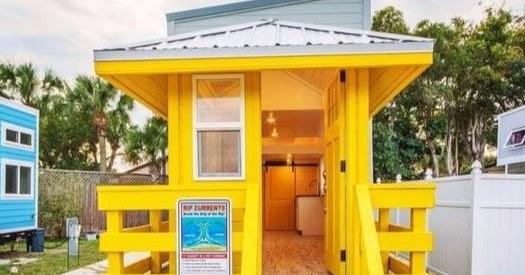 tiny coastal beach house with beach perfect decor coastal decor ideas and interior design. Black Bedroom Furniture Sets. Home Design Ideas