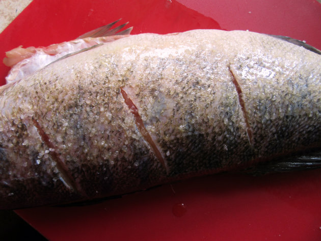 Baked perch with herb stuffing by Laka kuharica: cut three slashes into the thickest part of the fish on both sides.