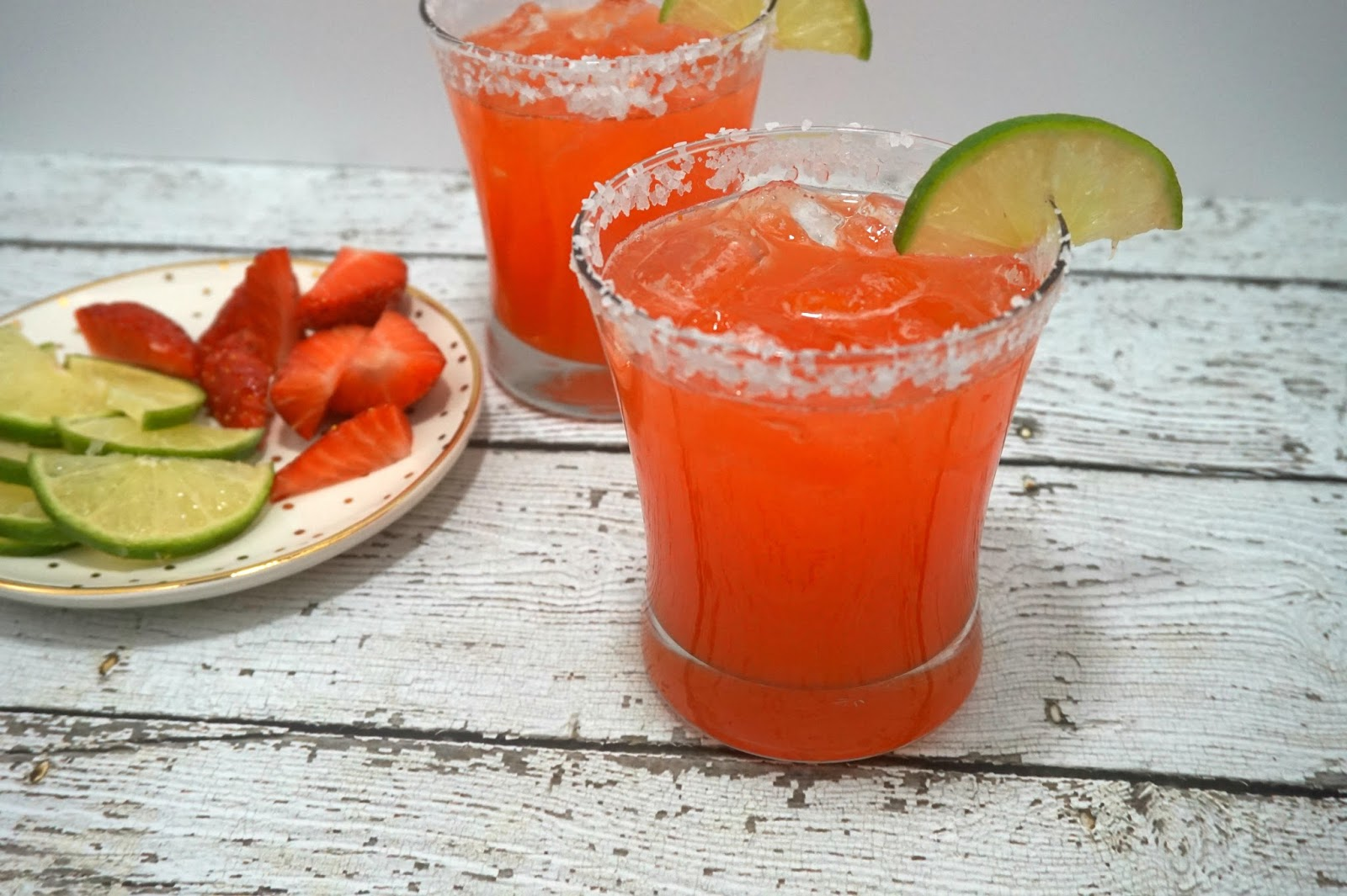 Strawberry Limeade Margaritas // Fast & Easy Margarita Recipe | beautywithlily.com