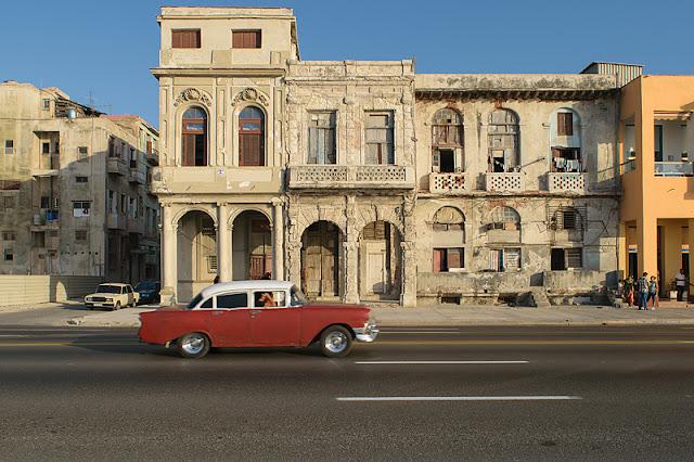 Vieille voiture américaine sur le Malecón