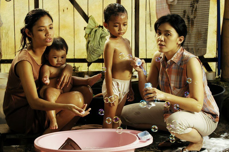 Setting rumah dalam BERBAGI SUAMI, sangat dekat dengan kehidupan sehari-hari.