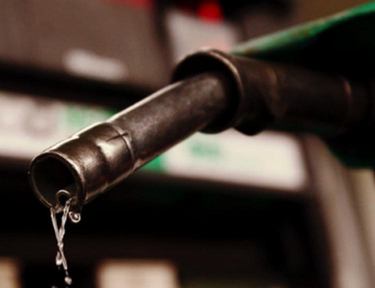 Sube gasolina en México pese a descenso de petroprecios.