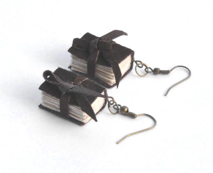 74a1cf7a3002c1 książeczki miniaturki: kolczyki książki brązowe