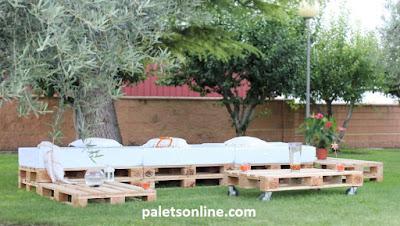 Jardin con europalets y colchonetas en color blanco Paletsonline.com