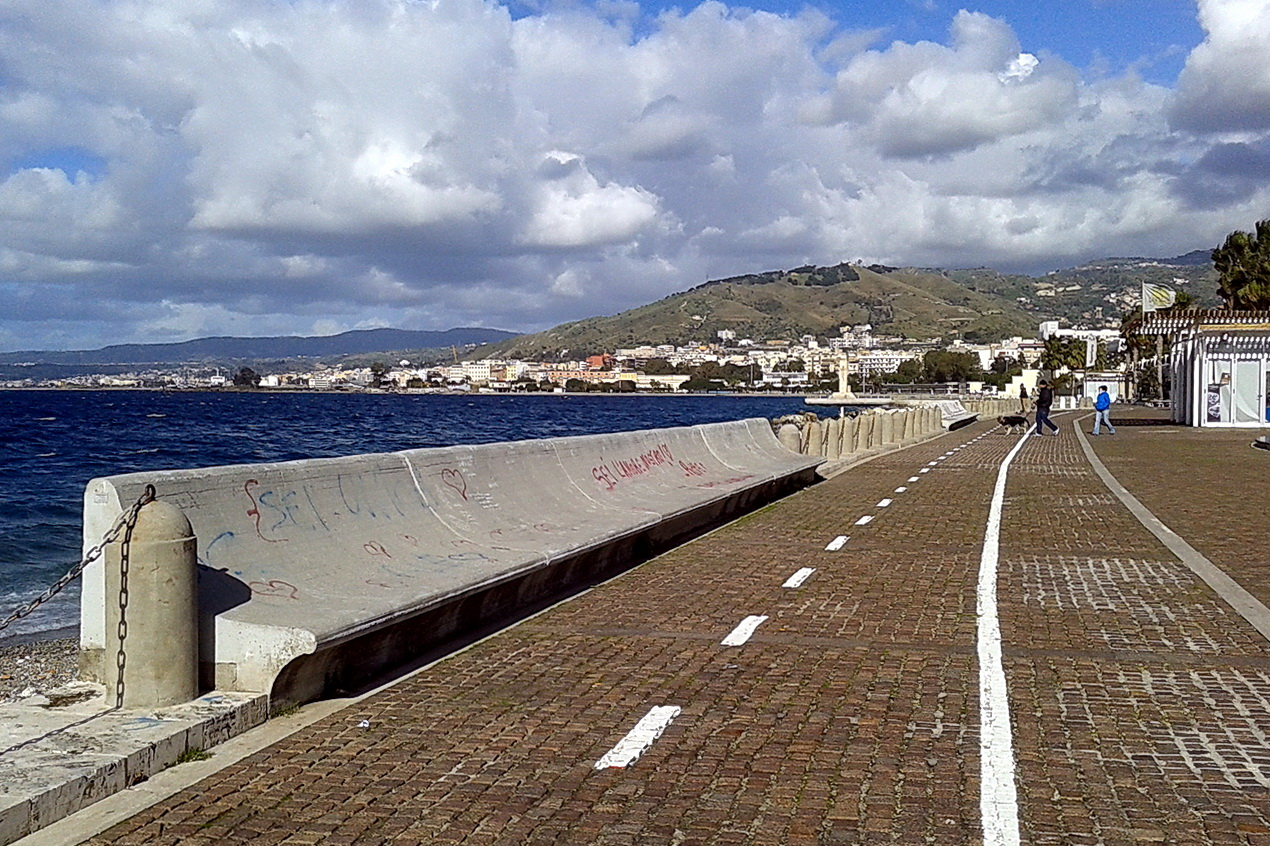 Pista ciclabile davanti alle panchine, Reggio Calabria