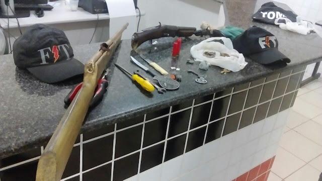 Policiais Militares prendem três jovens com arma de fogo e drogas em Chapadinha.