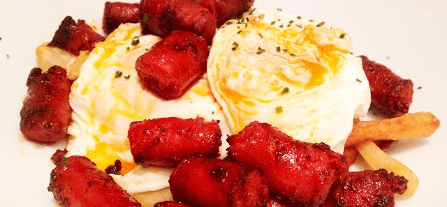 Almuerzos de chistorra con huevos típicos de San Fermín