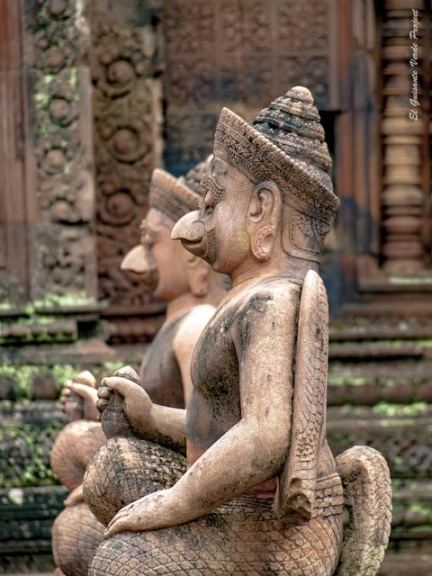 Banteay Srei, guardianes garuda del primer recinto - Angkor, Camboya por El Guisante Verde Project