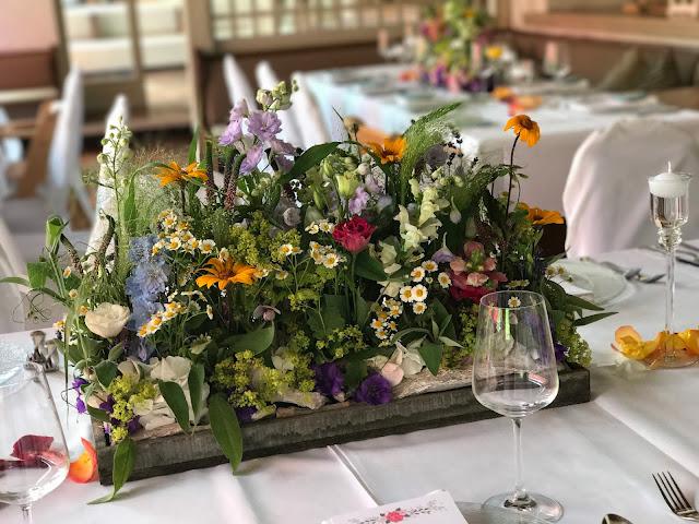 Tischblumen Blumenwiese, Bunte Sommerblumen-Hochzeit am See und in den Bergen, Riessersee Hotel Garmisch-Partenkirchen, Bayern, nahe der Zugspitze, Hochzeitsplanerin Uschi Glas