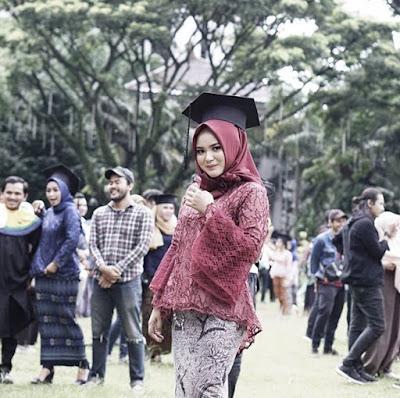 model hijab wisuda wajah bulat terbaru
