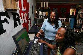 africaines devant un ordinateur