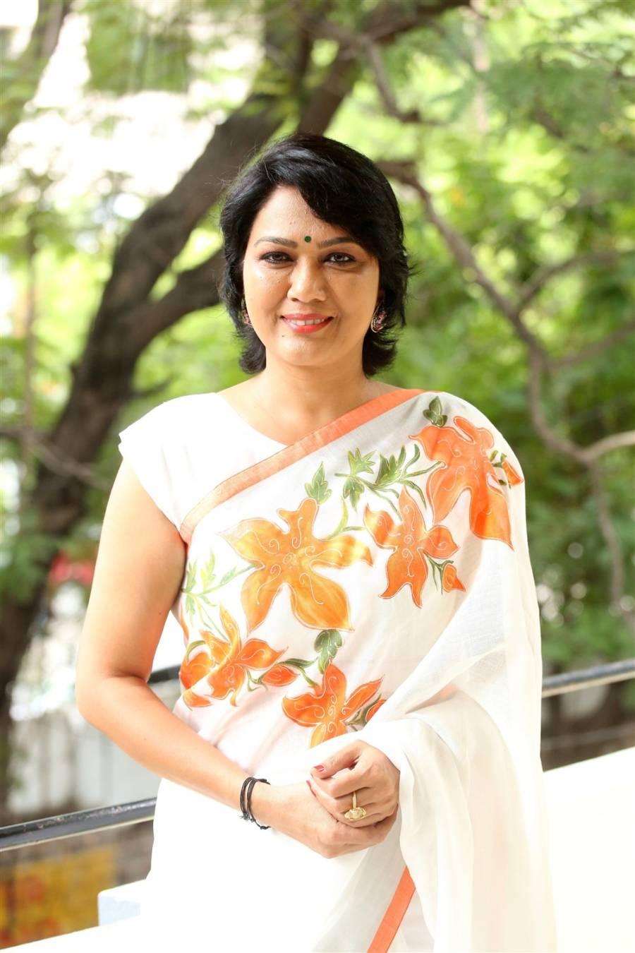 Bigg Boss 3 Participant Telugu Actress Hema In White Saree